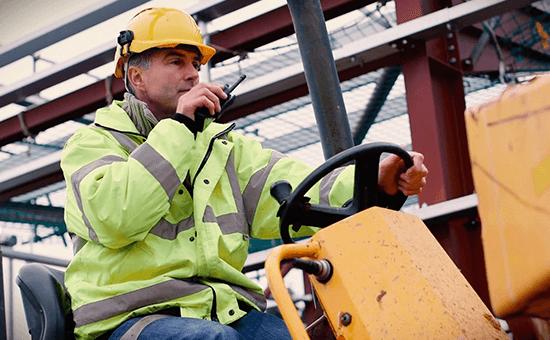 ein Arbeiter auf einem Gabelstapler