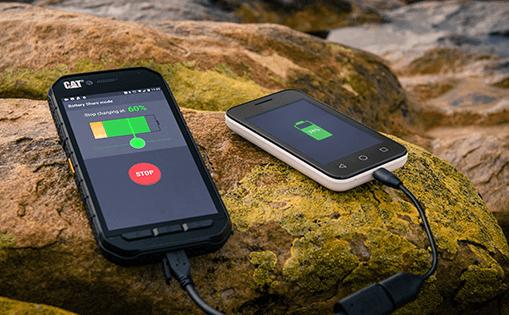 CAT S60 Smartphone auf Stein Ladefunktion