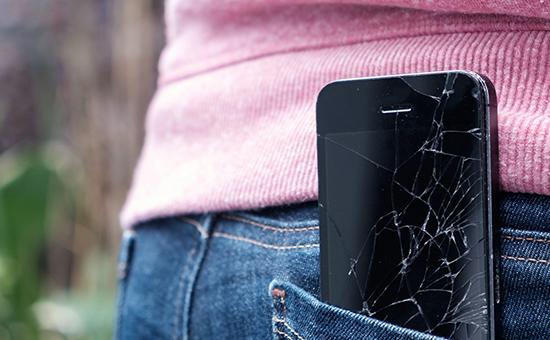 Smartphone mit kaputtem Screen in Hosentasche