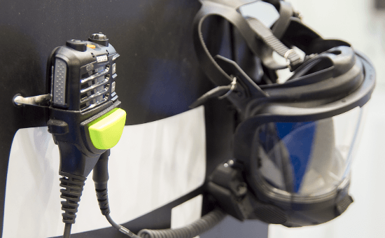 Sepura Lautsprecher-Mikrofon OptiVo mit Atemschutzmaske an Mannequin