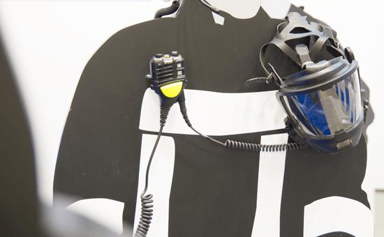 Lautspecher-Mikrofon OptiVo mit Atemschutzmaske an Mannequin