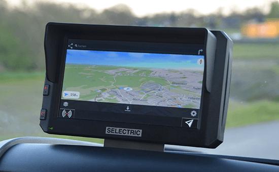 SELECTRIC Columbus Navigationsgerät im Fahrzeug mit Karte